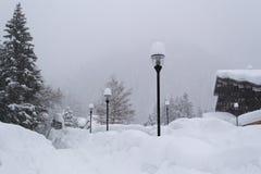 Chutes de neige lourdes par nouvelle année image stock
