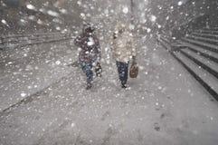 Chutes de neige lourdes pendant l'hiver dans la ville Photos libres de droits
