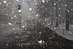 Chutes de neige lourdes pendant l'hiver dans la ville Photo stock