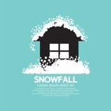 Chutes de neige lourdes sur la maison Photos libres de droits