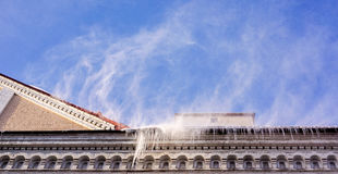 Chutes de neige lourdes sur un toit dans l'horaire d'hiver de l'année images libres de droits