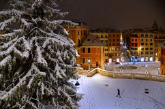 Chutes de neige de nuit sur la place espagnole vide et étapes à Rome avec l'église Trinita di Monti à l'arrière-plan, Italie Piaz image stock