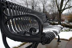 Chutes de neige paisibles d'hiver sur le banc de fer images stock