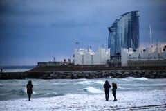 Chutes de neige de plage de Barcelone photo stock