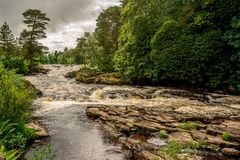 Chutes de rivière Dochart dans Loch Lomond et le parc national de Trossachs, Ecosse centrale Photos stock