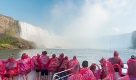 Chutes du Niagara de approche de Tourboat photo stock