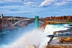 Chutes du Niagara et pont en arc-en-ciel en premier ressort d'Américain image stock