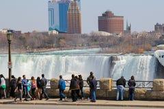 Chutes du Niagara et touristes images libres de droits