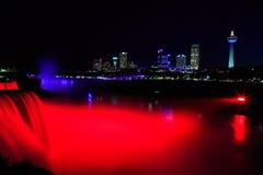 Chutes du Niagara illuminées la nuit avec les lumières multicolores Images stock