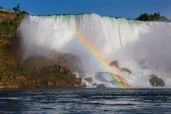 Chutes du Niagara - les automnes d'Américain et un arc-en-ciel Images libres de droits