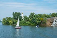 Chutes et yachts Photos libres de droits