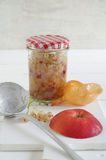 Chutney κρεμμυδιών της Apple με τις άσπρες σταφίδες και το κόκκινο πιπέρι Στοκ εικόνες με δικαίωμα ελεύθερης χρήσης