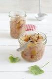 Chutney d'oignon d'Apple avec les groseilles blanches et le poivron rouge Image stock