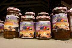 Chutney das caraíbas que está sendo vendido em um mercado exterior em Bequia Foto de Stock