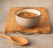 Chutney des pommes, des oignons, du poivre et de la cannelle dans un gris en céramique Photos libres de droits