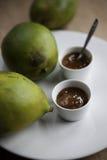 Chutney di mango con i manghi maturi Fotografie Stock Libere da Diritti