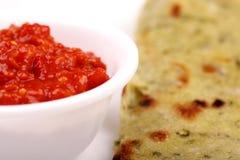 Chutney piccante del peperoncino rosso con pane indiano fotografia stock libera da diritti