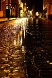 Chuva Cobbled B da noite da rua Imagem de Stock Royalty Free