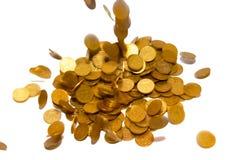 Chuva das moedas de ouro isoladas no branco. imagem de stock