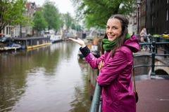Chuva de Amsterdão das jovens mulheres Imagens de Stock Royalty Free