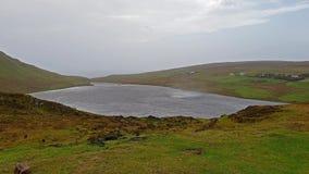 Chuva de Orizontal acima da ANSR do Loch em Waterstein na ilha de Skye durante a tempestade Callum - Escócia filme
