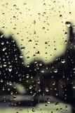 A chuva deixa cair o fundo/fundo com gotas da chuva no foco imagens de stock