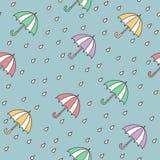 Chuva e guarda-chuvas Teste padrão sem emenda Desenhos animados tirados da garatuja do vetor mão colorida 45 graus ilustração royalty free