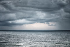 Chuva e nuvem tormentoso sobre o mar Fotografia de Stock
