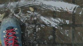 Chuva e poças, andando nas sapatas de couro filme