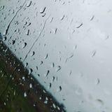 A chuva está assombrando imagens de stock