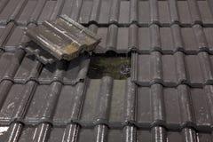 O telhado precisa a reparação urgente Imagens de Stock