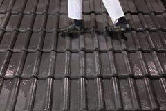 Trabalhador que anda em telhas de telhado Foto de Stock