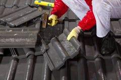 Trabalhador em telhas de telhado da fixação do telhado Imagens de Stock Royalty Free