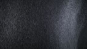 chuva 4k angular pesada que cai na frente da c?mera contra a tela preta Espirro dos pingos de chuva Inser??o do vfx do close up d vídeos de arquivo