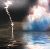 Chuva, luz do sol e relâmpago fotografia de stock