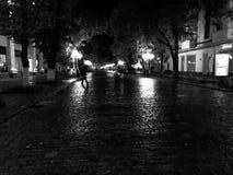 Chuva na rua em uma cidade imagem de stock