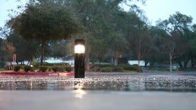 Chuva no passeio com a coluna iluminada da saliência seca video estoque