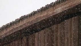 Chuva no telhado velho do zinco vídeos de arquivo