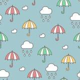 Chuva, nuvens e guarda-chuvas Teste padrão sem emenda Desenhos animados tirados da garatuja do vetor mão colorida ilustração royalty free