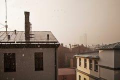 Chuva pesada do verão que cai em telhados de uma cidade imagem de stock