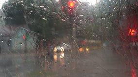 Chuva pesada em ruas da cidade video estoque