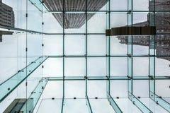 Chuva pesada sobre New York vista de uma construção de vidro Foto de Stock