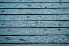 Chuva que cai na plataforma de madeira Foto de Stock