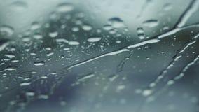 Chuva que cai no vidro durante a tempestade da chuva imagens de stock royalty free