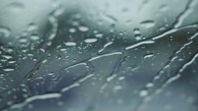 Chuva que cai no vidro durante a tempestade da chuva fotos de stock royalty free