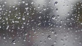 Chuva que cai no vidro durante a tempestade da chuva imagens de stock
