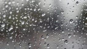 Chuva que cai no vidro durante a tempestade da chuva foto de stock royalty free