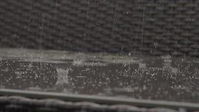 Chuva que faz o banco exterior molhado video estoque
