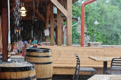 Chuva torrencial no jardim do ` s do bar
