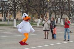 Человек в утке танцев костюма на красной площади Чебоксар, республики Chuvash, России 1-ое мая 2016 Стоковая Фотография RF